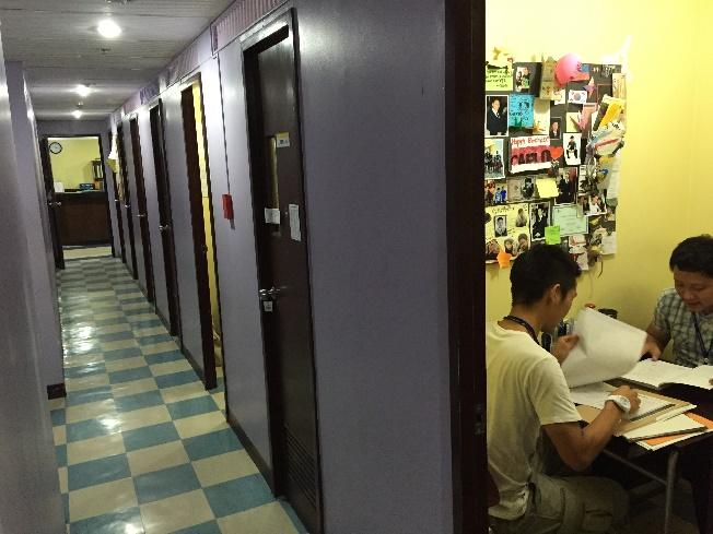 マンツーマン用の部屋が並ぶフィリピンの英語学校