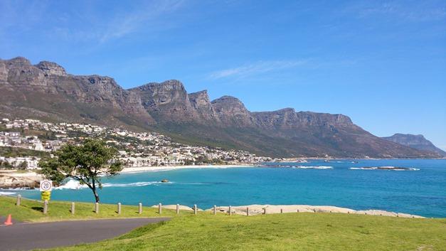 住宅地のすぐそこには不思議な地形と青く美しい海が広がる