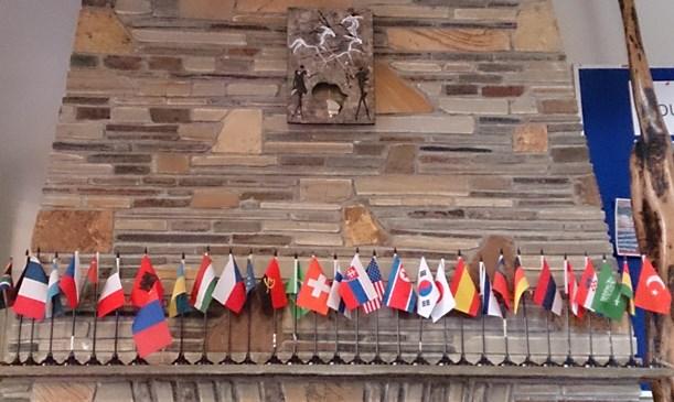 語学学校のロビーに並ぶ国旗、世界中から留学が訪れる