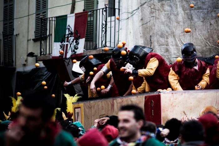 オレンジを投げ合って大人が本気で戦う!イタリア・イヴレアのお祭り ~チェコ紀子(ライター)