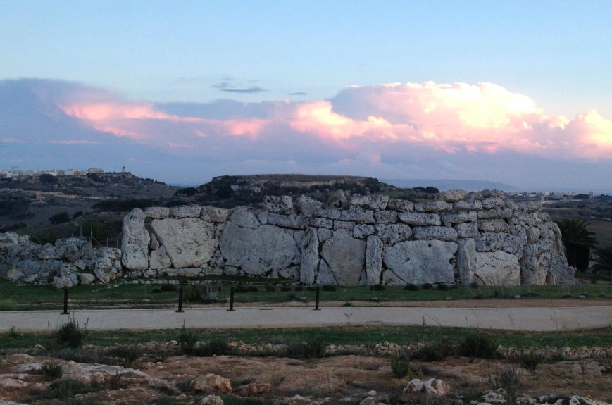 世界でも類を見ない程古い巨石神殿群、ジュガンティーヤ遺跡(紀元前3600年から2500年頃に建築)