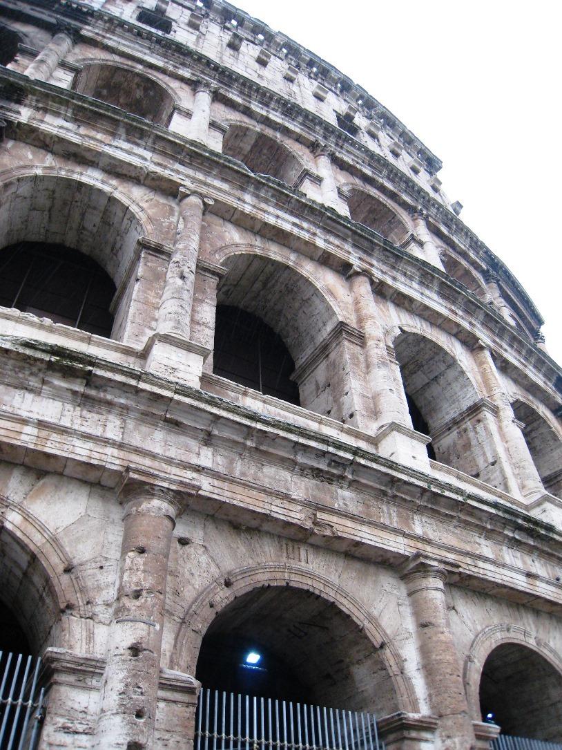 下から見上げたコロッセオ