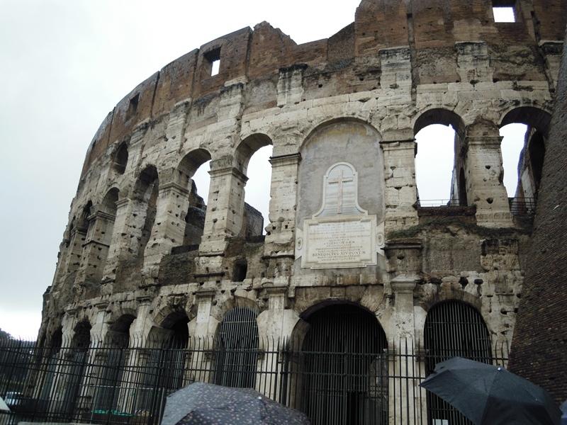 コロッセオの壁にある石碑と穴