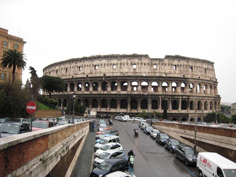市街地に建つコロッセオ