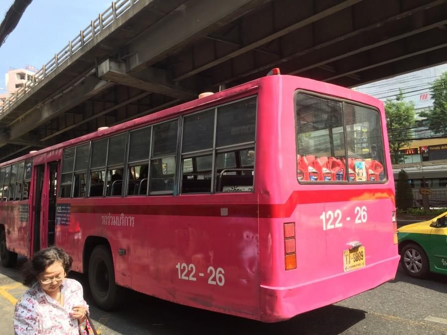 バスの色はカラフル。窓もドアも開いています。